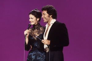 Lynda Carter and Tom Jones1979© 1979 Gunther - Image 5896_0003