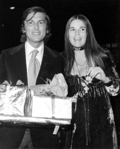 Ali MacGraw and Husban RobertEvans with gifts from their baby showerc. 1970 - Image 6628_0076