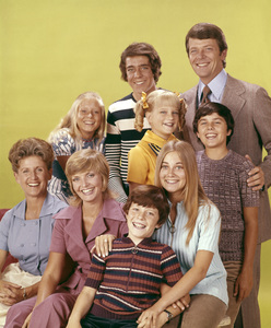 """Ann B. Davis, Florence Henderson, Mike Lookinland, Maureen McCormick, Christopher Knight, Robert Reed, Susan Olsen, Eve Plumb and Barry Williams in """"The Brady Bunch""""circa 1970s ** B.D.M. - Image 7483_0009"""