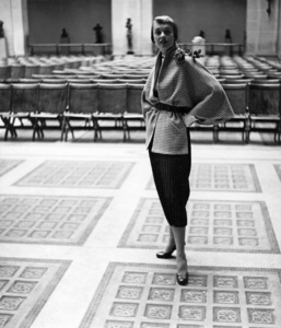 Tippi Hedren in the Sculpture Court of the Brooklyn Museum1949© 1978 Wynn Hammer - Image 7507_0043