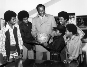 "Jackson 5Jermaine, Jackie, Elgin Baylor, Michael, Tito and Marlon Jackson at the promo for their concert ""The Forum"" circa 1972Photo by Larry Kastendiek - Image 7670_0031"