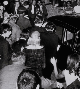 The Beatles beign mobed as they leavea nightclub, August 23, 1964 © 1978 Bud Gray / MPTV - Image 7685_0005_