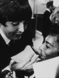 The Beatles, Paul McCartney signs his autograph for a fan, 1964 © 1978 Bud Gray / MPTV  - Image 7685_0018