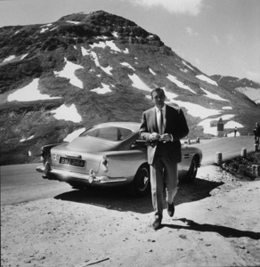 """""""Goldfinger"""" Sean Connery and his Aston Martin DB 5 1964 United Artists ** I.V. - Image 9455_0015"""