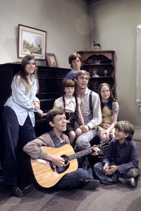 """The Waltons""Judy Norton-Taylor, Jon Walmsley, Kami Cotler, Eric Scott, Richard Thomas, Mary Beth McDonough, David W. Harpercirca 1975** H.L. - Image 9565_0033"