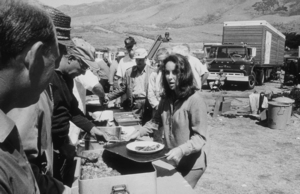 """Sandpiper""Elizabeth Taylor on location during lunch1965 MGM © 1978 Bernie AbramsonMPTV - Image 9620_0016"