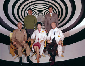 """The Time Tunnel""Top Row ( L-R) :James Darren, Robert ColbertBottom Row ( L-R): Whit Bissell. Lee Meriwether, John Zarembac. 1966 / ** I.A. © Irwin Allen Properties, LLC and Twentieth Century Fox Film Corporation. All rights reserved - Image 9631_0035"